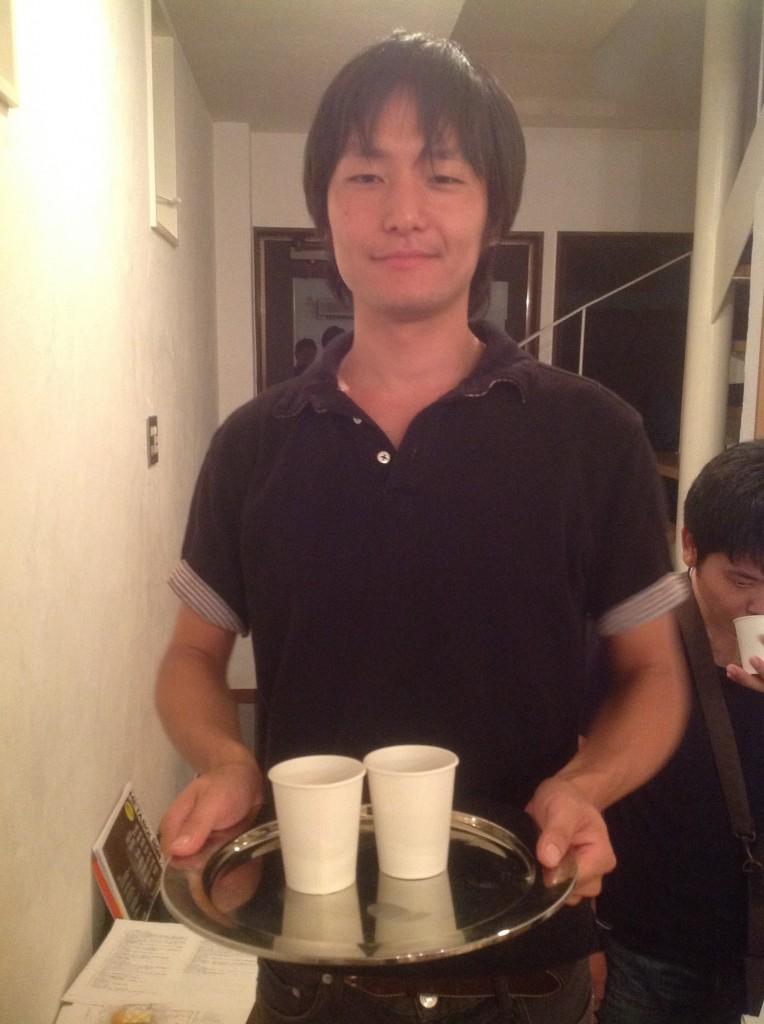 読書会後にコーヒーを配るコーヒークラスタの@shen1oongさん